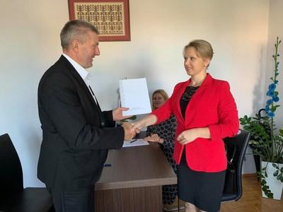 Podpisanie umowy na dotację z wójt gm. Olszewo-Borki Anetą Larent